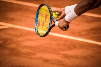 Detailaufnahme von einem Aufschlag beim Tennis